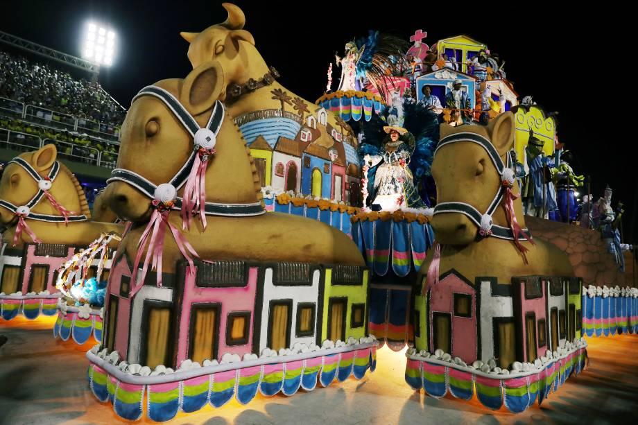 Carro alegórico da Portela é visto durante desfile do Grupo Especial no sambódromo do Rio de Janeiro. A escola conta em seu samba-enredo a história de judeus que fugiram da Europa e do norte da África no século XVII para o nordeste do Brasil - 12/02/2018