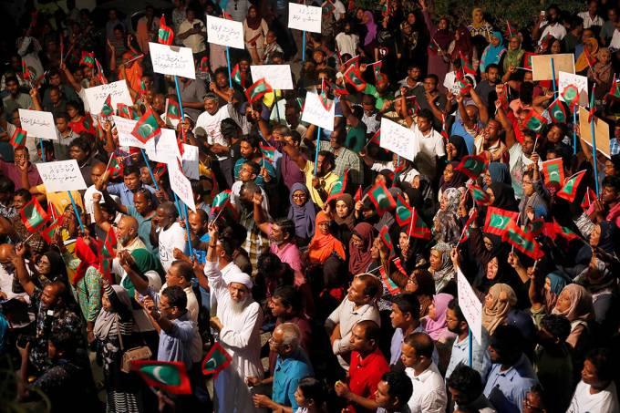 Manifestantes protestam contra o atraso do governo em soltar líderes políticos, Nas Maldivas