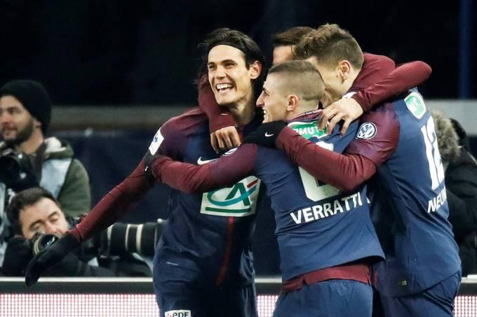 Jogadores do PSG comemoram gol contra o Olympique de Marseille, em Paris