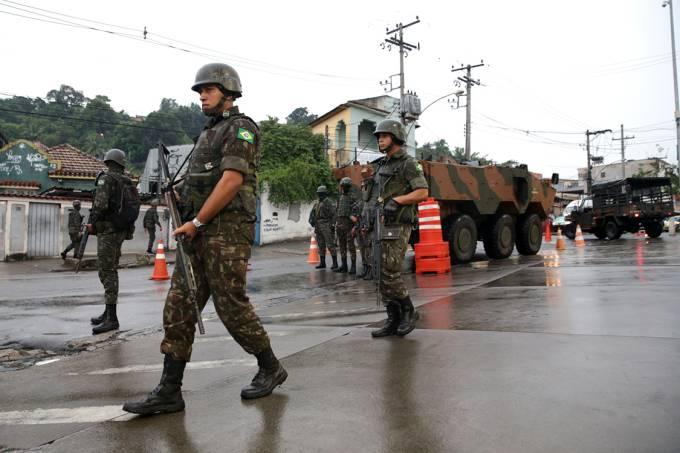 Militares do Exército fazem operação no complexo do Chapadão, zona oeste do Rio de Janeiro