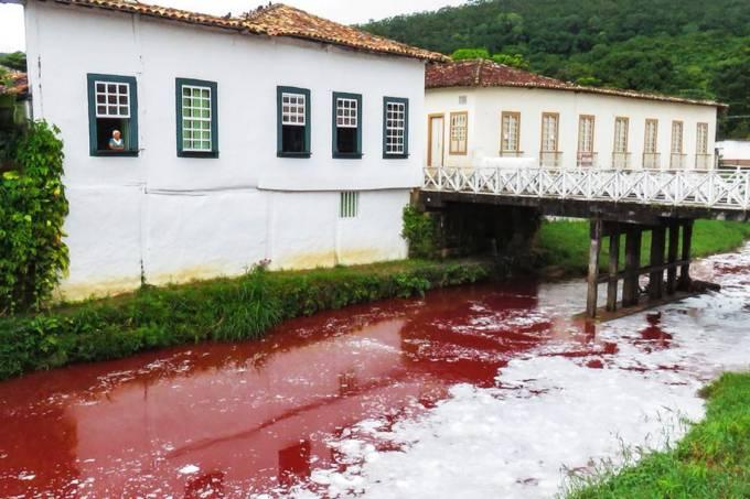 Casa de Cora Coralina ao lado do rio poluído com sangue, após acidente com caminhão espalhar líquido no Rio Vermelho, na cidade Goiás
