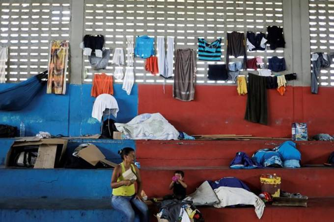 Mulher venezuelana e seu filho em ginásio que foi transformado em abrigo para venezuelanos em Boa Vista, Roraima