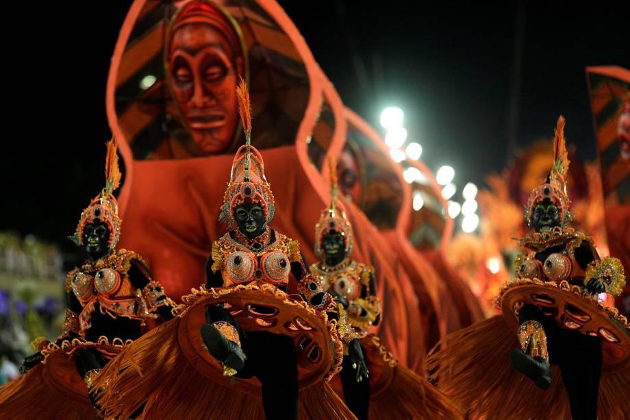 Integrantes realizam performance durante o desfile da escola de samba Salgueiro, na Sapucaí, Rio de Janeiro - 13/02/2018
