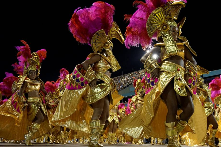 Integrantes realizam performance durante o desfile do Salgueiro, na Sapucaí, a escola homenageou as mulheres negras, desde as deusas egípcias até as matriarcas brasileiras - 13/02/2018