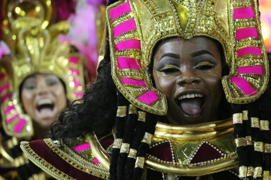 Integrantes do Salgueiro vestidas como egípcias são vistas durante o desfile do Grupo Especial na Sapucaí - 13/02/2018