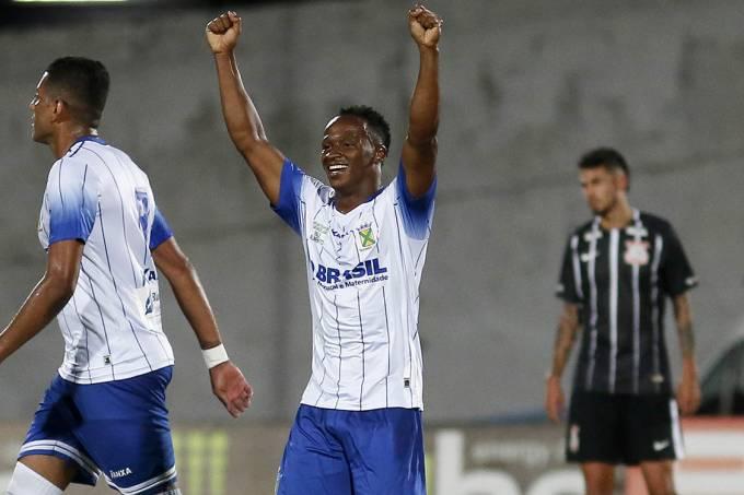 Jogadores do Santo André comemoram gol contra o Corinthians, pelo Campeonato Paulista