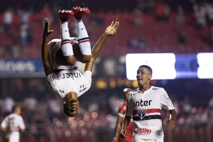Éder Militão, do São Paulo, comemora após marcar gol contra o CRB, pela Copa do Brasil, no Morumbi