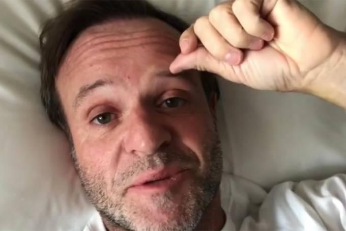 O piloto Rubens Barrichello posta vídeo em hospital