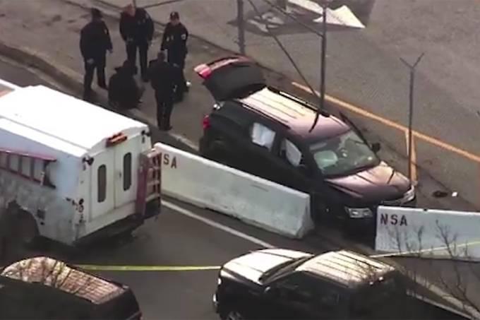 Veículo com furos de bala é visto próximo a sede da Agência de Segurança Nacional (NSA), em Maryland