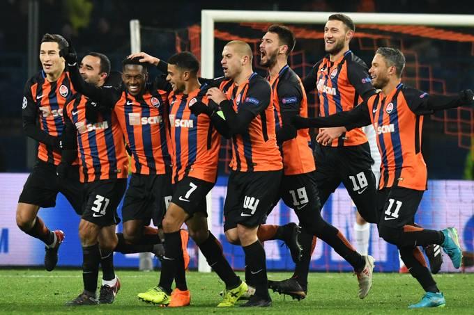 Jogadores do Shaktar Donetsk comemora gol contra a Roma, pela Liga dos Campeões, na Ucrânia