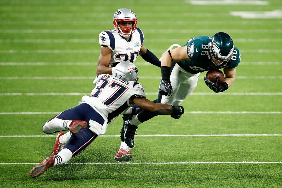 Zach Ertz, do Philadelphia Eagles, luta por jardas contra Jordan Richards, do New England Patriots