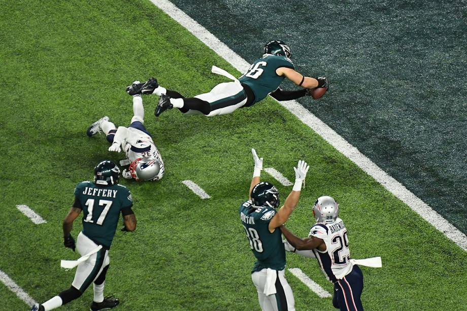 Zach Ertz, do Philadelphia Eagles, salta para anotar um 'touchdown' durante partida contra o New England Patriots