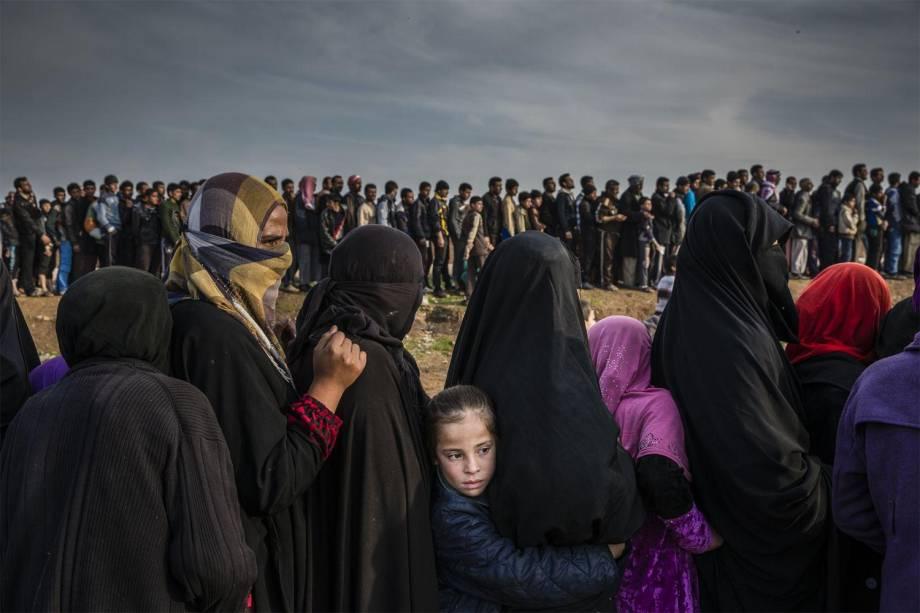 Civis que permaneceram no oeste de Mosul durante a batalha para retomar a cidade, formam uma fila para a distribuição de ajuda no bairro Mamun - 15/03/2017