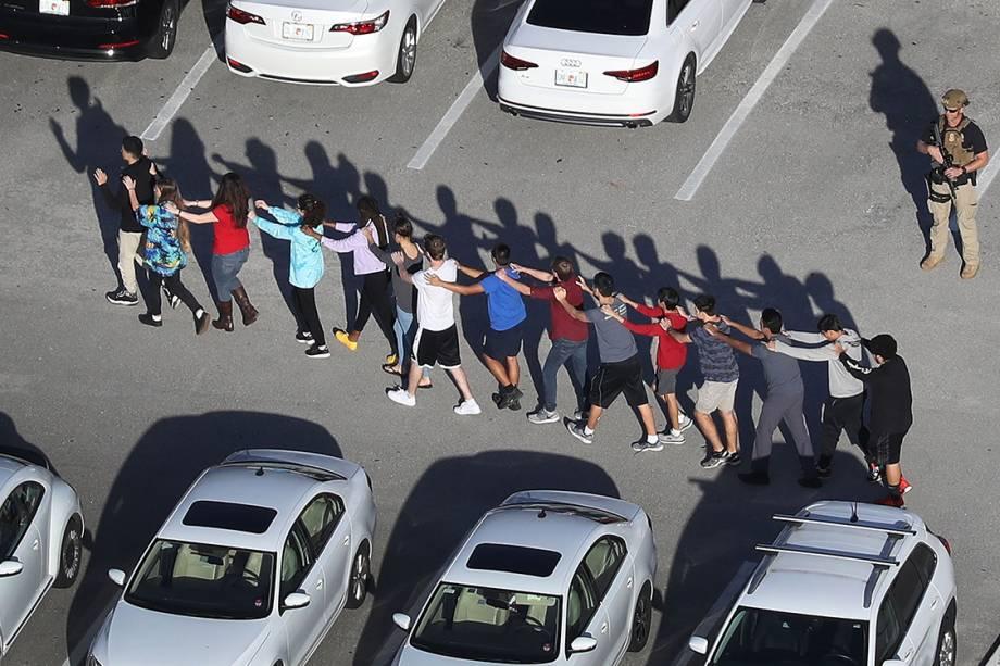 Pessoas são retiradas da escola Marjory Stoneman Douglas, após tiroteio que deixou mortos e feridos na cidade de Parkland, Flórida