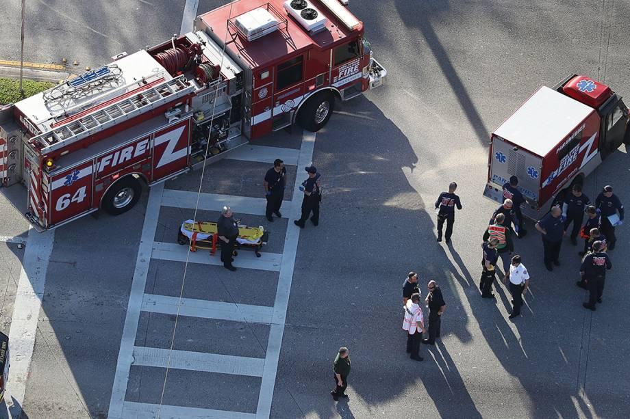 Equipes de emergência resgatam feridos após tiroteio na escola Marjory Stoneman Douglas, na Flórida