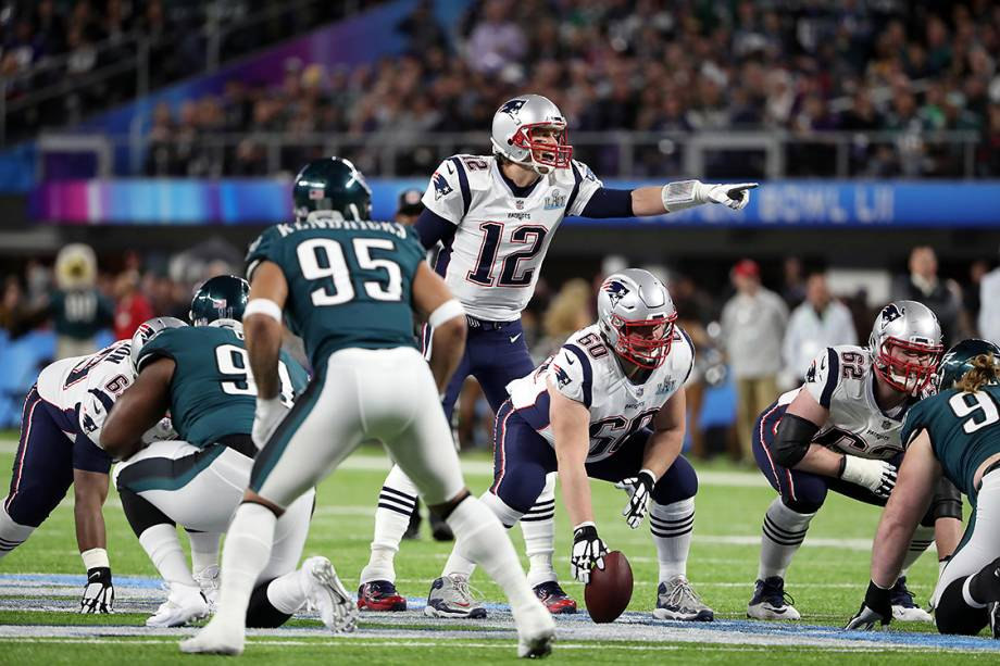 Tom Brady, camisa 12 do New England Patriots, organiza jogada durante partida contra o Philadelphia Eagles