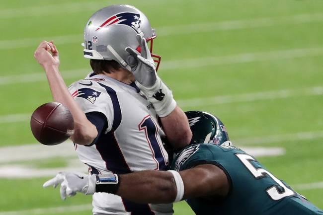 Tom Brady, do New England Patriots, perde a bola em momento decisivo da partida contra o Philadelphia Eagles na 52ª edição do Super Bowl - 4/2/2018
