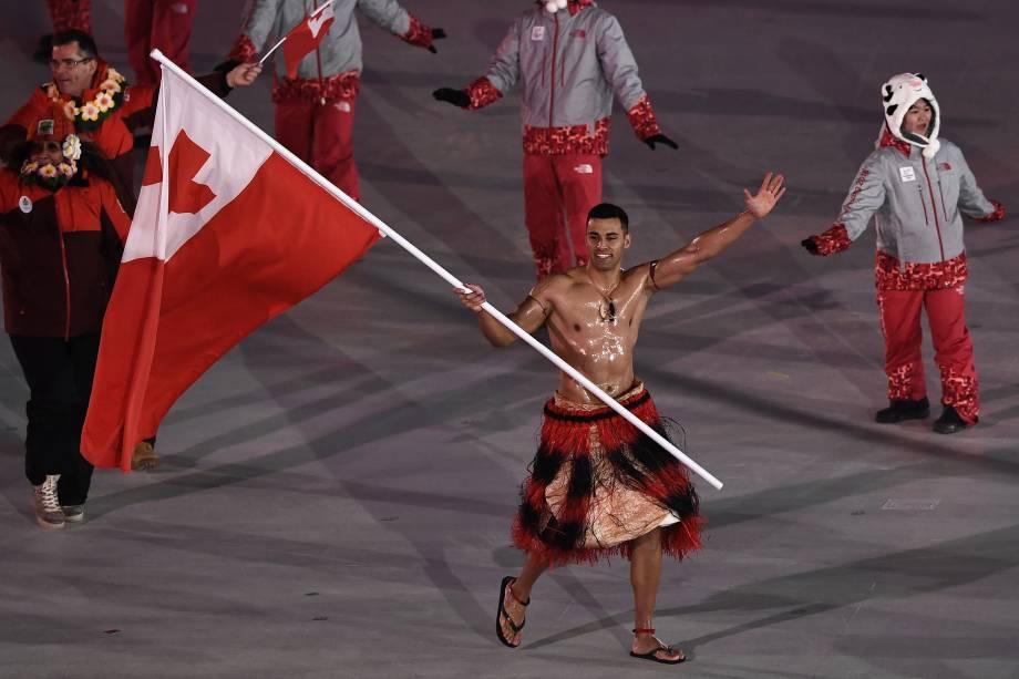 Portador de bandeira de Tonga, o atleta Pita Taufatofua, lidera a delegação de seu país enquanto desfila em um traje tradicional sem camisa durante a abertura dos Jogos Olímpicos de Inverno de Pyeongchang, na Coreia do Sul - 09/02/2018