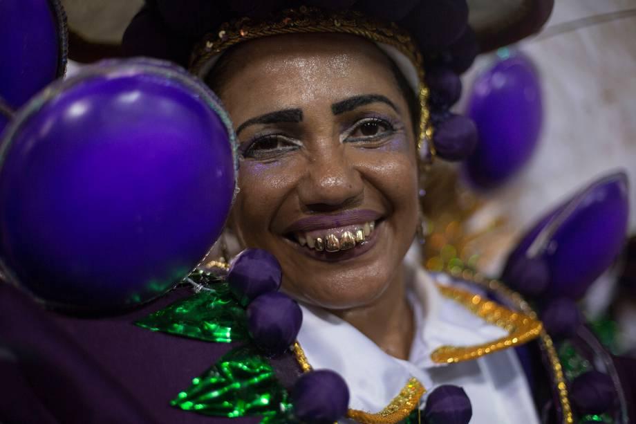 Membro da União da Ilha é vista com dentes dourados durante o desfile do Grupo Especial, na Sapucaí - 13/02/2018