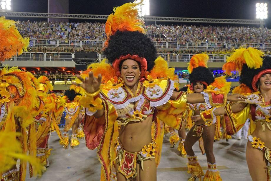 Integrantes da União da Ilha realizam performance durante o desfile do Grupo Especial, na Sapucaí - 12/02/2018