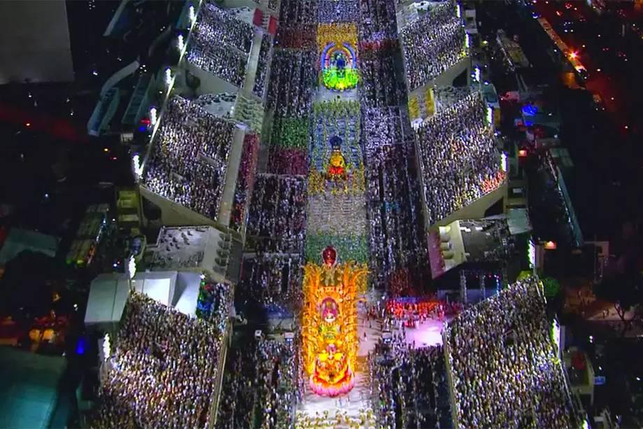 Vista aérea do sambódromo da Marques de Sapucaí durante o desfile da União da Ilha - 13/02/2018