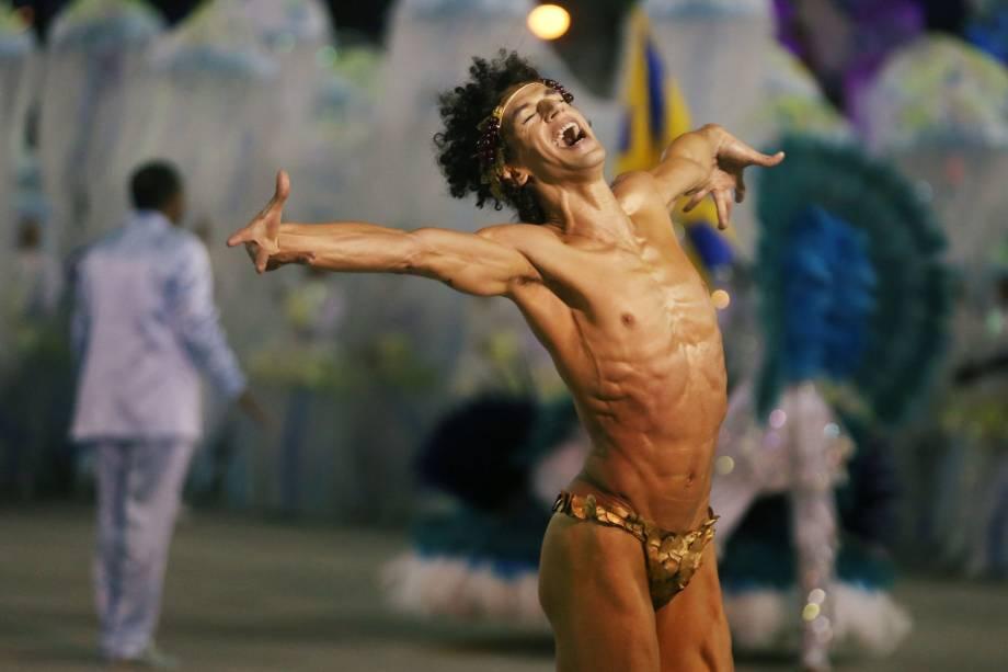 Dançarino executa performance durante o desfile da Unidos da Tijuca pelo Grupo Especial, no sambódromo do Rio de Janeiro - 12/02/2018