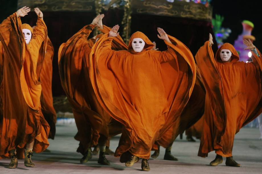 Dançarinos executam performance durante o desfile da Unidos da Tijuca pelo Grupo Especial, no sambódromo do Rio de Janeiro - 12/02/2018