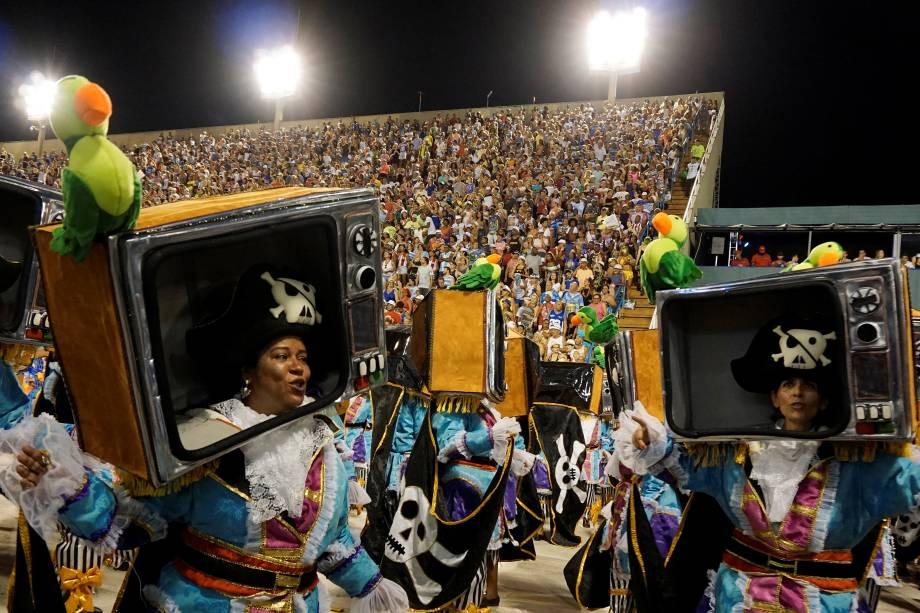 Passistas fantasiadas de TV Pirata homenageiam Miguel Falabella durante o desfile da Unidos da Tijuca, na Marques de Sapucaí - 12/020/2018