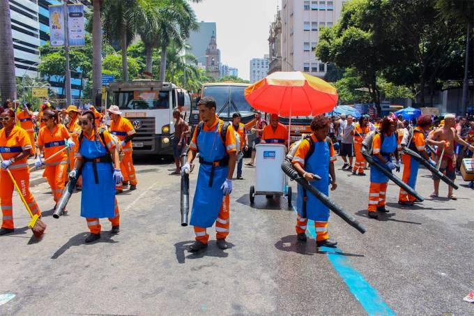 Garis limpam a rua após a passagem do bloco Cordão da Bola Preta, no Rio