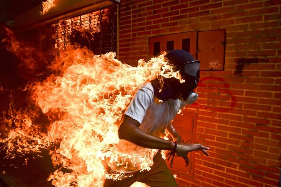 José Víctor Salazar Balza (28) é fotografado em chamas durante os violentos confrontos com policiais em um protesto contra o presidente Nicolas Maduro, em Caracas, na Venezuela - 03/05/2017