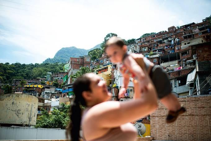 Aprendendo a sobreviver – Camila não larga o filho Davi, de 7 meses, que ainda chora muito cada vez que ouve o fogo cruzado