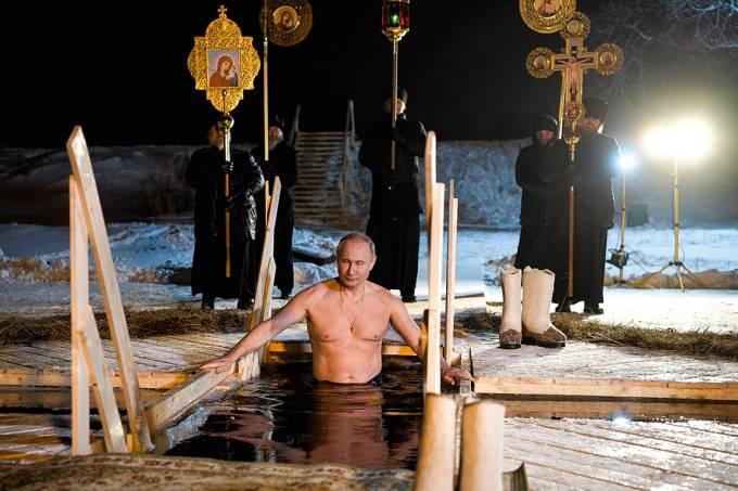 Líder forte – Putin entra em lago gelado durante tradicional cerimônia religiosa de purificação, no último dia 18