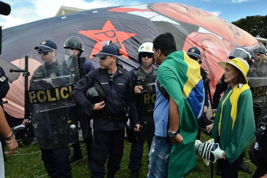 Grupos contrários ao ex-presidente Luiz Inácio Lula da Silva (PT), protestam em frente ao prédio do Supremo Tribunal Federal, em Brasília - 22/03/2018