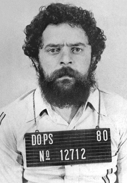 Em plena Ditadura (1964-1985), greves lideradas por movimentos sindicais eram consideradas ilegais pelo Ministério do Trabalho e tratadas como ameaça à ordem do país. Em 1980, após ter o mandato sindical cassado, Lula, liderança em ascensão, foi enquadrado na Lei de Segurança Nacional e preso pelo Departamento de Ordem Política e Social (DOPS), onde ficou por 31 dias com outros 16 sindicalistas.