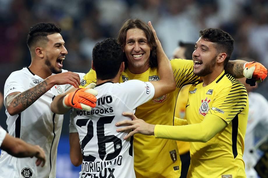 Jogadores do Corinthians comemoram classificação nos pênaltis contra o São Paulo