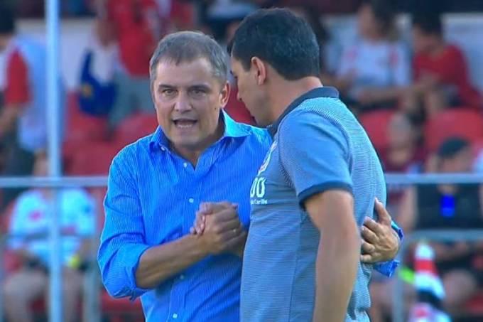 Diego Aguirre e Fábio Carille conversam durante o intervalo de São Paulo x Corinthians