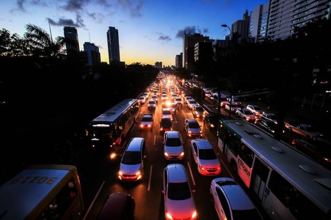 Apagão desliga faróis e provoca congestionamento na avenida Tancredo Neves na cidade de Salvador, Bahia