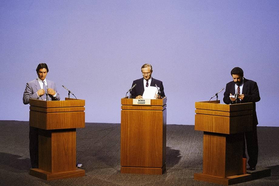 O jornalista Boris Casoy apresenta o último debate de televisionado antes das eleições entre Lula e Fernando Collor de Mello, em 1989. Em uma disputa acirrada, o petista é derrotado no segundo turno, e Collor é eleito com 53% dos votos.