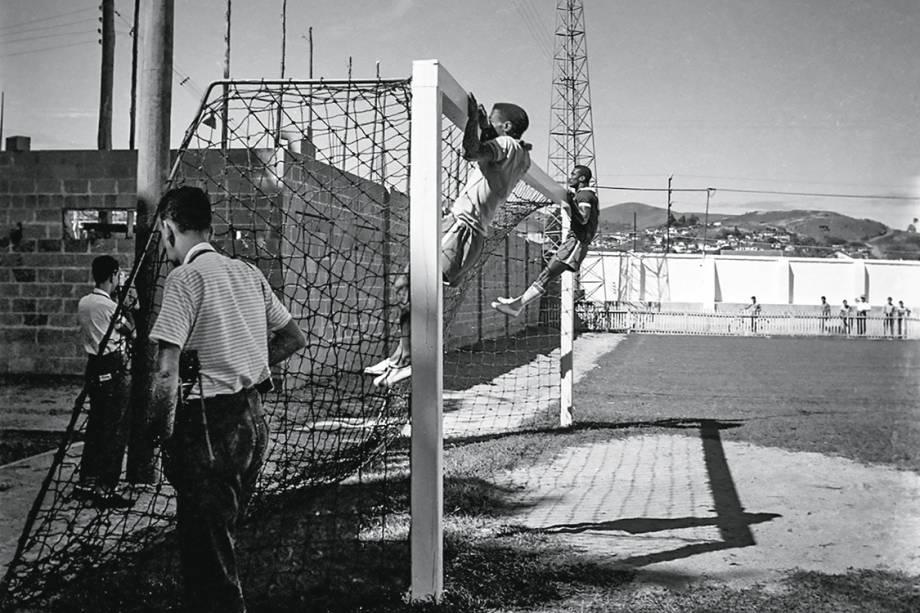 No tempo da delicadeza - Cenas da concentração em Poços de Caldas, em abril de 1958: Pelé e Didi fazem flexões de braço no travessão