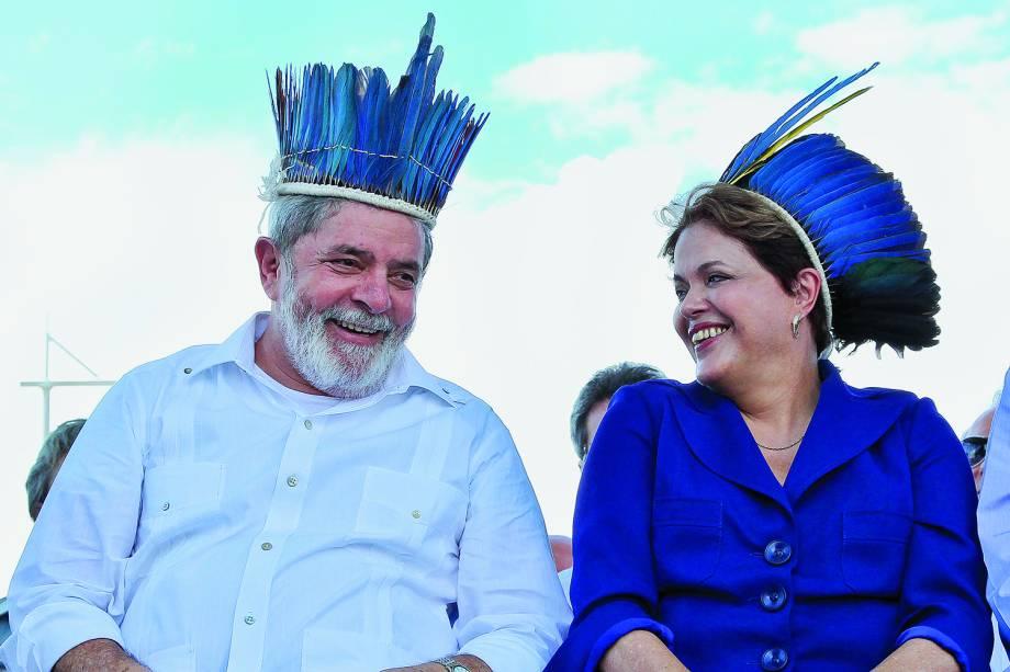 Lula acompanha a presidente na cerimônia de inauguração de uma ponte, em 2011.