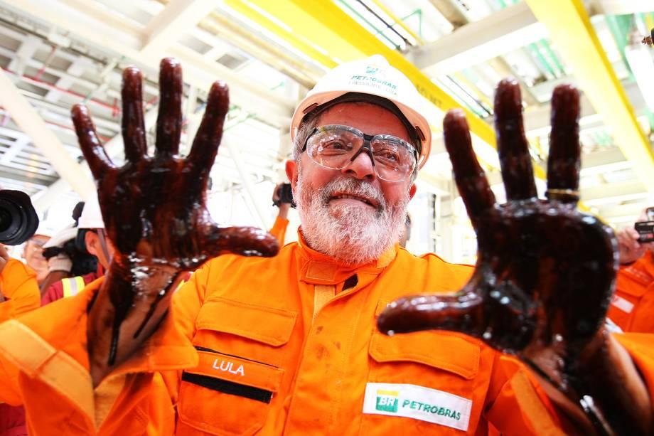 Em 2010, o então presidente suja as mãos de petróleo durante visita ao Navio Plataforma, no Campo de Tupi, litoral sul do Rio de Janeiro.