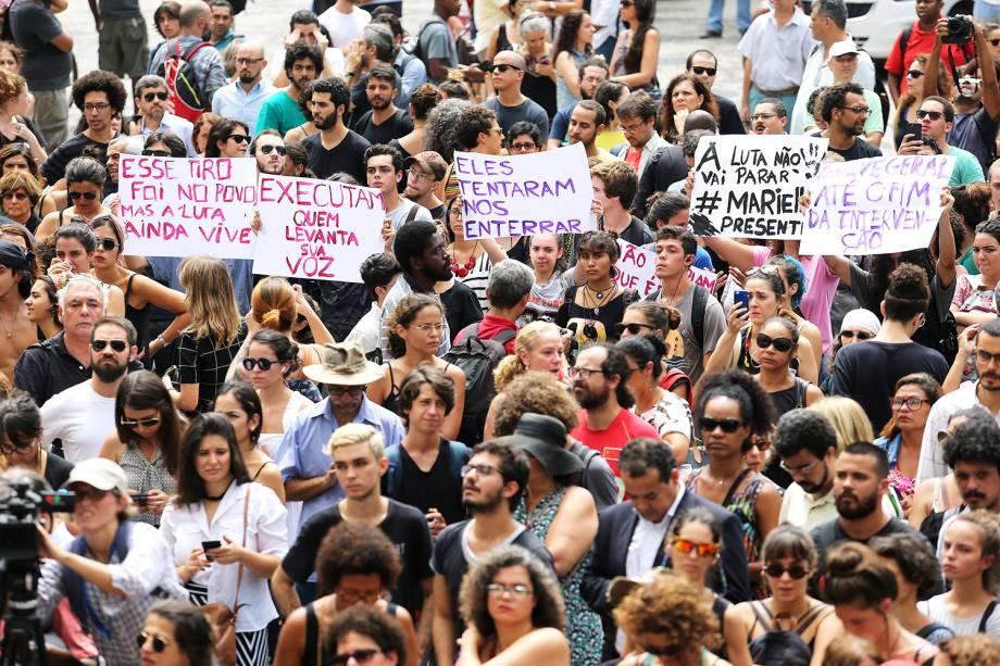Manifestantes protestam em frente ao prédio da Câmara Municipal do Rio de Janeiro, onde será velado o corpo da vereadora Marielle Franco (PSOL), morta a tiros - 15/03/2018