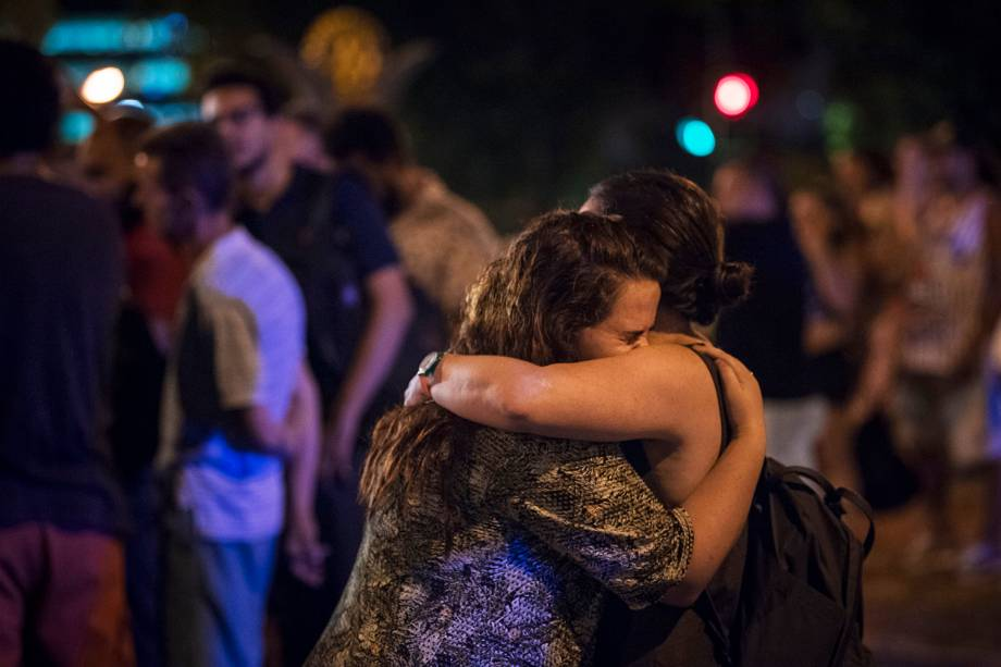 Amigos e familiares da vereadora Marielle Franco (PSOL-RJ) se consolam após assassinato - 15/03/2018