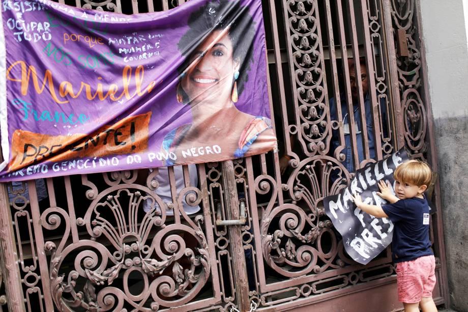 Garoto segura cartaz durante protesto realizado após o assassinato da vereadora Marielle Franco (PSOL) - 15/03/2018