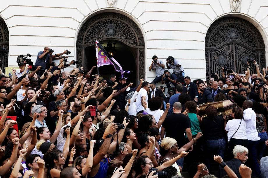 Apoiadores de Marielle Franco (PSOL-RJ) acompanham chegada do corpo da parlamentar na Câmara Municipal do Rio de Janeiro,onde será velada - 15/03/2018