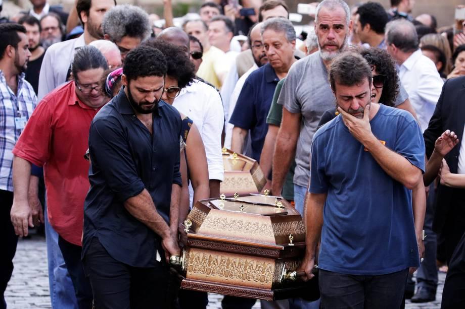 O deputado federal Marcelo Freixo carrega caixão com o corpo da vereadora Marielle Franco (PSOL-RJ) na Câmara Municipal do Rio de Janeiro - 15/03/2018