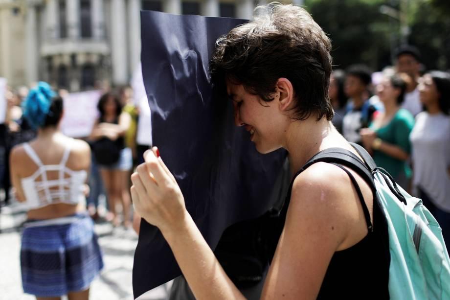 Manifestante chora durante protesto realizado na Câmara Municipal do Rio, em apoio à Marielle Franco (PSOL), morta a tiros dentro de veículo na região central da capital fluminense - 15/03/2018