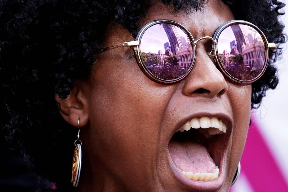 Manifestante participa de protesto realizado na Câmara Municipal do Rio, em apoio à Marielle Franco (PSOL), morta a tiros dentro de veículo na região central da capital fluminense - 15/03/2018