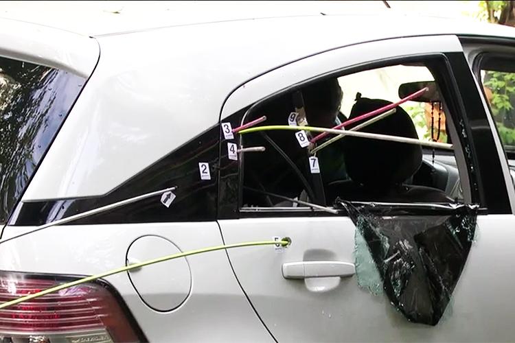 Polícia Civil realiza perícia em veículo onde estava a vereadora Marielle Franco (PSOL-RJ). Varetas foram colocadas em buracos feitos pelas balas - 16/03/2018