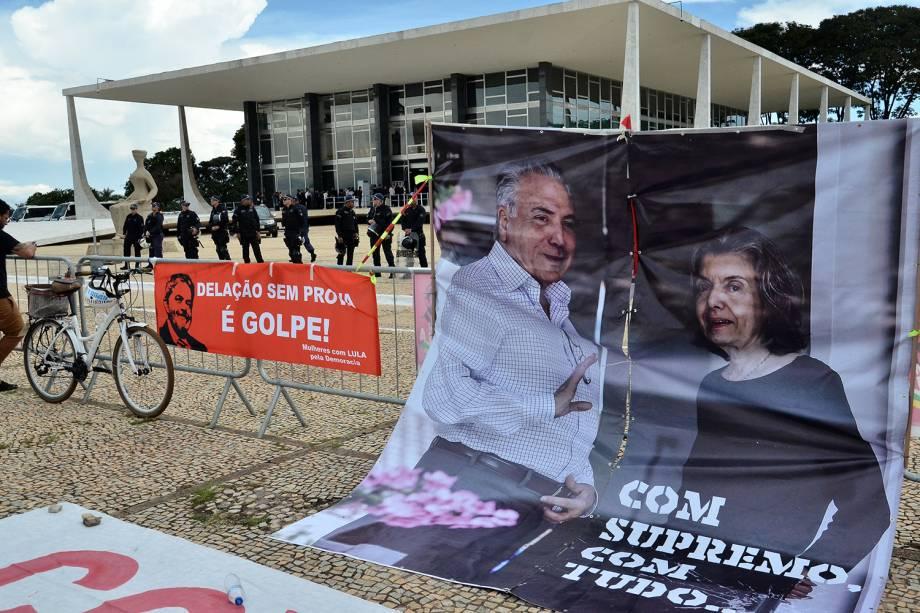 Grupos contrários a prisão do ex-presidente Luiz Inácio Lula da Silva (PT), protestam em frente ao prédio do Supremo Tribunal Federal, em Brasília - 22/03/2018
